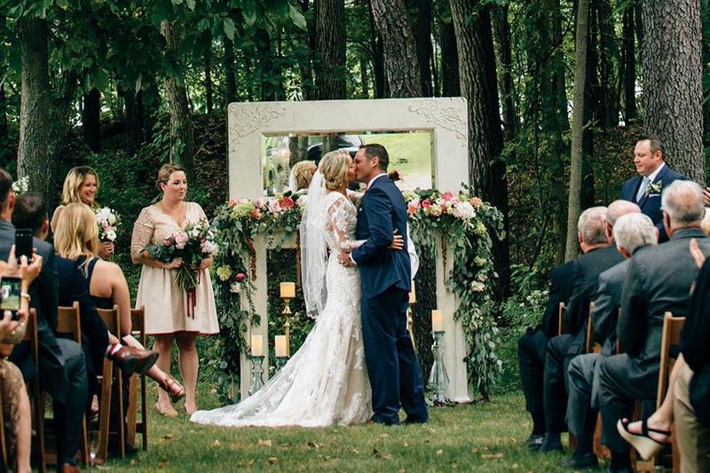 Tổ chức tiệc cưới đơn giản, nhưng đầy lãng mạng chỉ với 4 cách trang trí bàn tiệc đẹp mắt khiên bạn thích mê